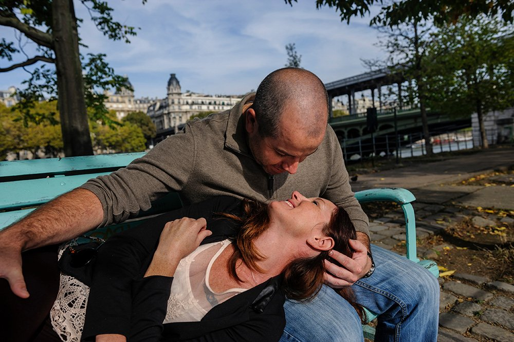 Couple relaxing by the Seine in Paris, photo by TripShooter's photographer in Paris Pierre Turyan