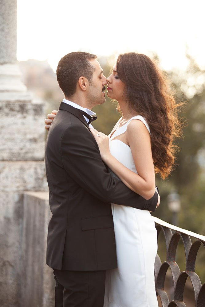 Romantic couple kiss in Rome, by TripShooter Rome photographer Alex Marchese