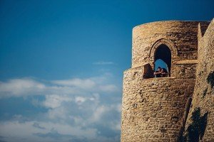Travelling couple on top of an Italian castle by TripShooter's photographer in Italy Giancarlo Malandra