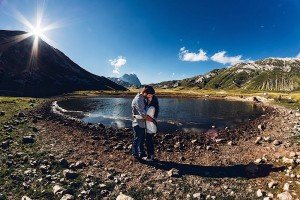Amazing couple photos in nature by round Italian lake, by TripShooter's photographer in Italy Giancarlo Malandra