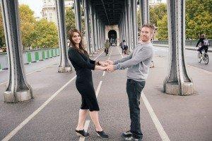 Cute couple at Bir Hakeim bridge by Paris photographer Jade Maitre