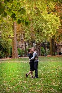 Couple kiss in the Champ de Mars. Photo Loving couple stroll in Paris. Portrait by TripShooter Paris photographer Jade Maitre