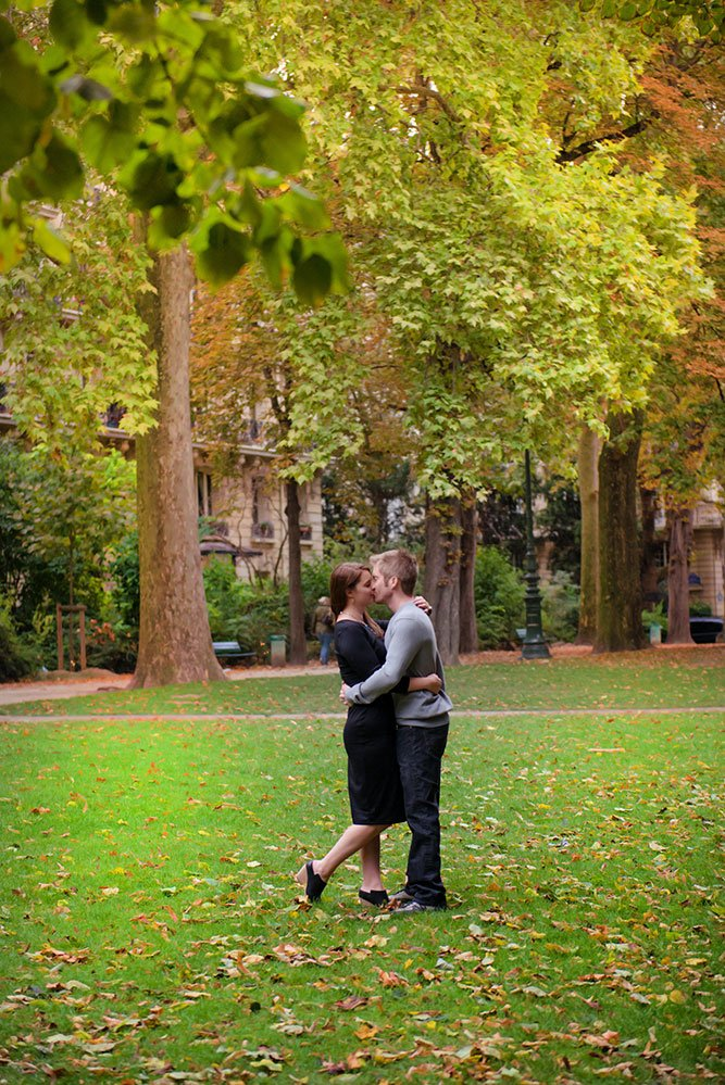 Couple kiss in the Champ de Mars. Photo Loving couple stroll in Paris. Portrait by TripShooter Paris photographer Jade Maitre