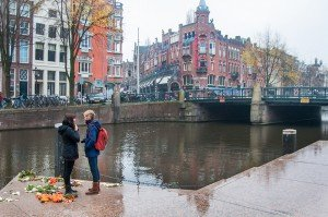 Travelling couple at Amsterdam's Homomonument, by TripShooter's Amsterdam photographer Cassie Jones
