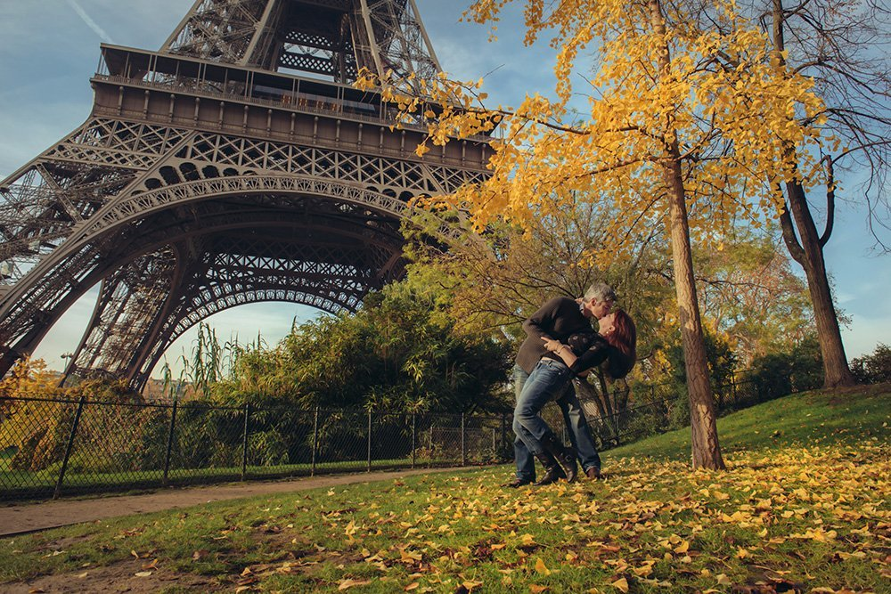 Couple dance in autumn leaves by Paris Eiffel Tower, by TripShooter Paris photographer Jade Maitre