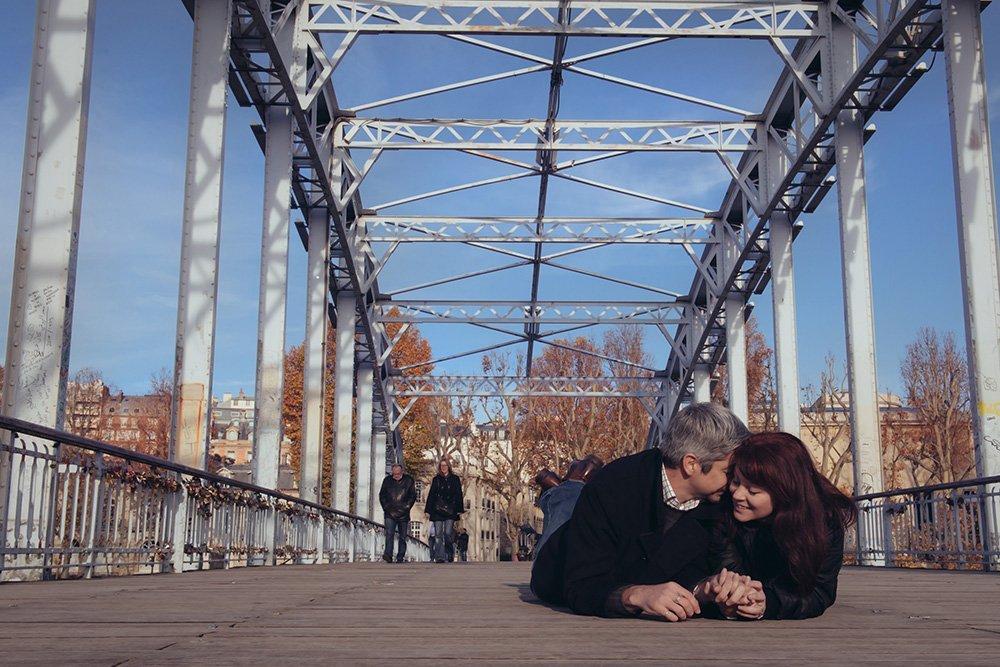 Romantic loveshoot at Debilly Bridge in Paris, Fifth wedding anniversary photoshoot in Paris, by TripShooter photographer in Paris Jade Maitre