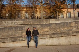 Anniversary loveshoot of couple by Paris Seine, by TripShooter photographer in Paris Jade Maitre