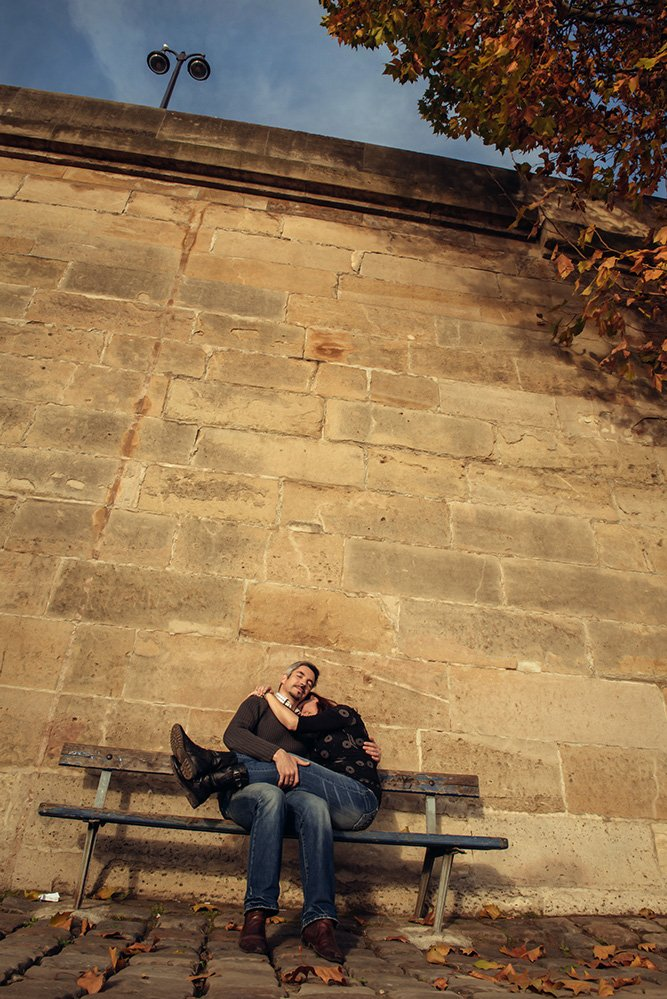 Couple snuggle on park bench in Paris, photo by TripShooter photographer in Paris Jade Maitre