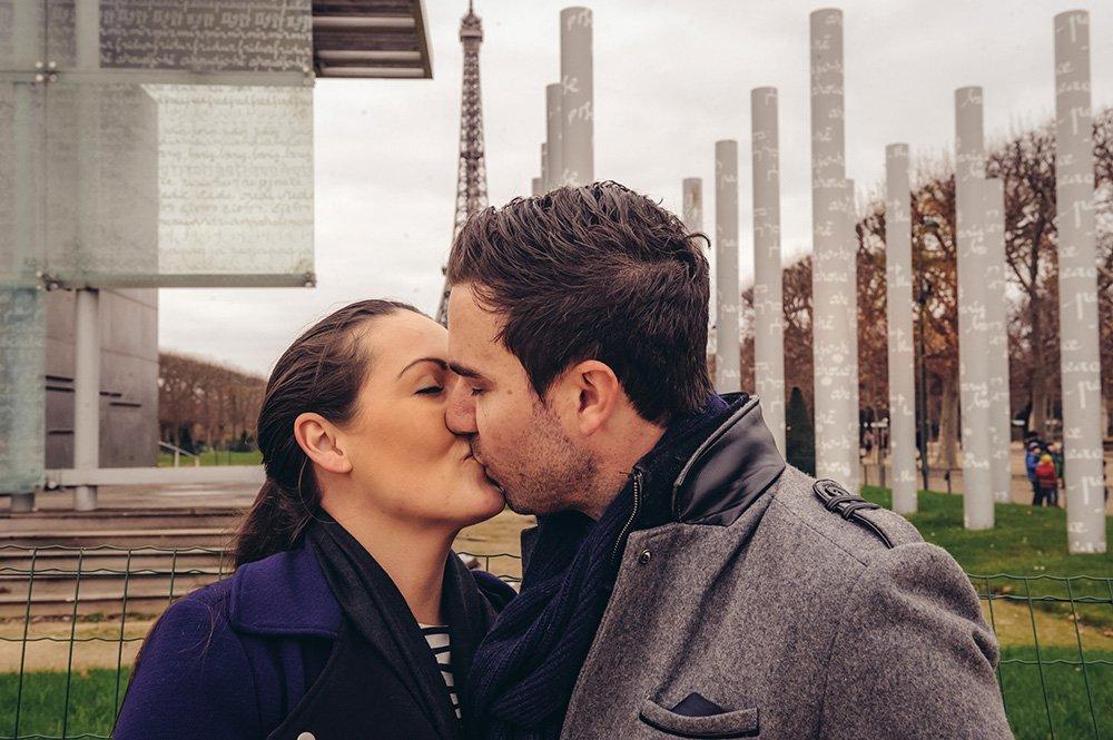 Romantic kiss in Paris Champ de Mars by TripShooter Paris photographer Pierre Turyan