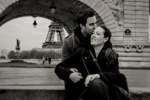 Couple kiss on Bir Hakeim bridge by TripShooter Paris photographer Pierre Turyan.