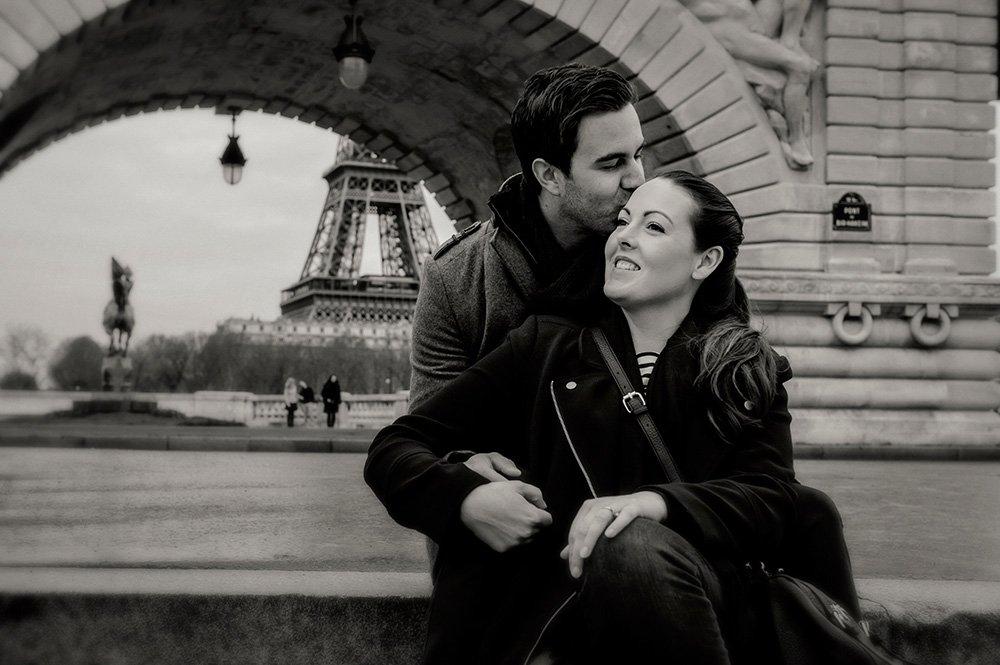 Couple kiss on Bir Hakeim bridge by TripShooter Paris photographer Pierre Turyan.