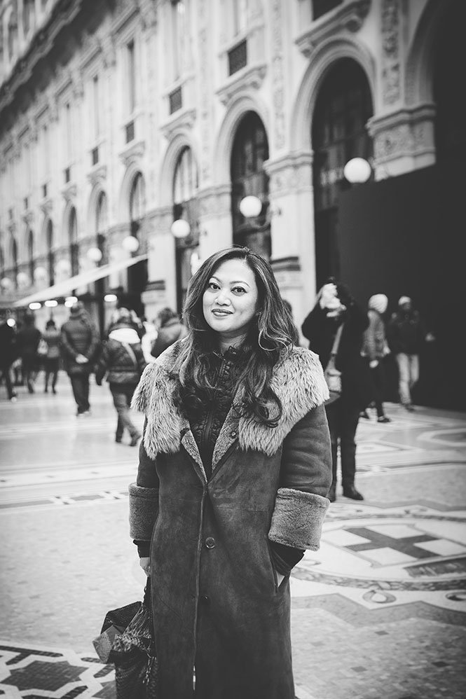 Woman traveller in personal Milan photoshoot, by TripShooter photographer Alessandro Della Savia