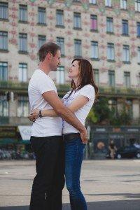 Couple hug in Vienna square - photo by TripShooter's Vienna photographer Evamaria Kulovits