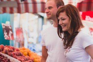 Vacation couple shop at Vienna market - photo by TripShooter's Vienna photographer Evamaria Kulovits