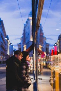 Travel couple window shopping at dusk, by TripShooter's Vienna photographer Evamaria Kulovits