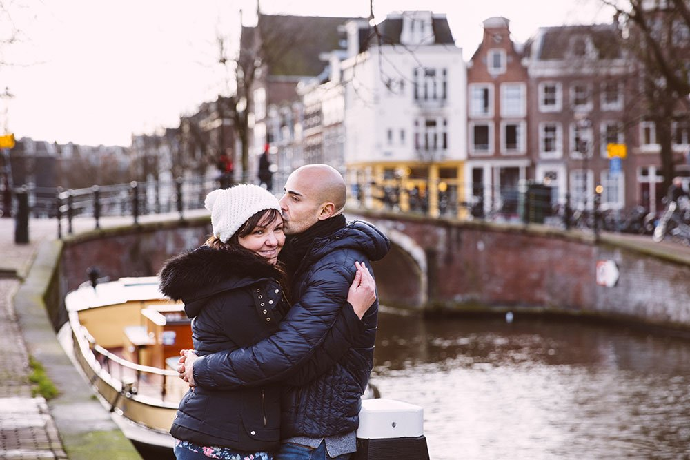 Romantic couple kiss at Amsterdam canal, by TripShooter's Amsterdam photographer Elena Pasca and Radu Voineau