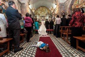 Wedding tantrum in the church, by TripShooter's photographer in Santiago de Compostela, Bertolino Matteo