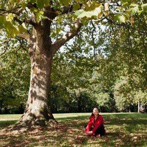 Girl under tree, by TripShooter's photographer in Santiago de Compostela, Bertolino Matteo