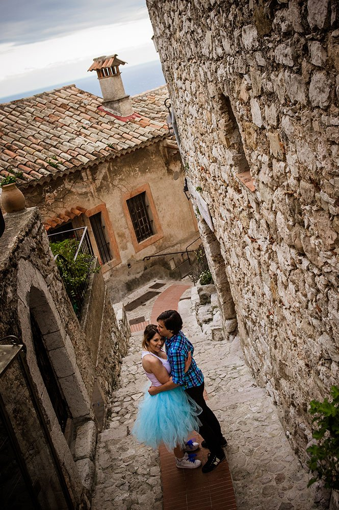 Couple embrace in French historical village, photoshoot by TripShooter's Monaco photographer Didier Ours