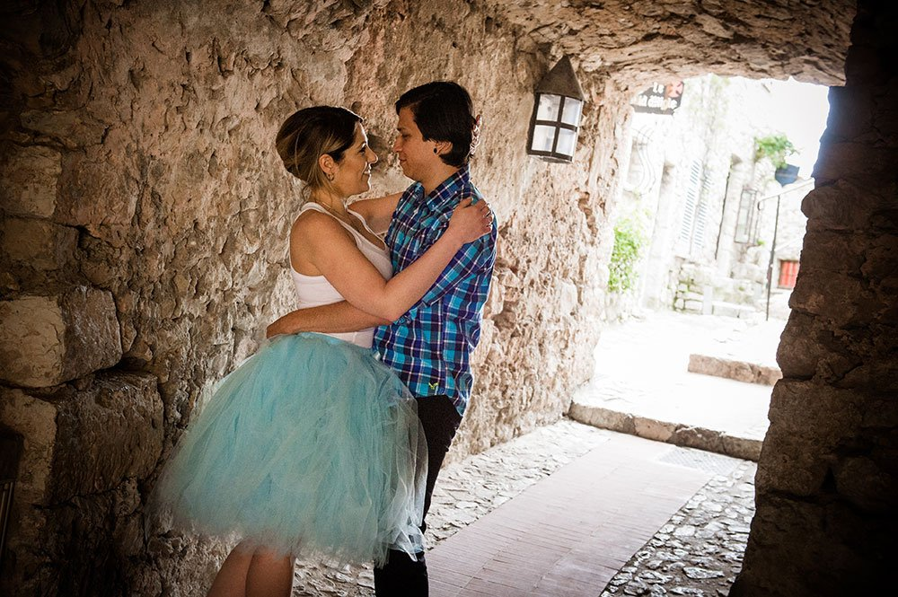 Couple embrace in medieval passage at Eze in France, by French Riviera photographer for TripShooter, Didier Ours