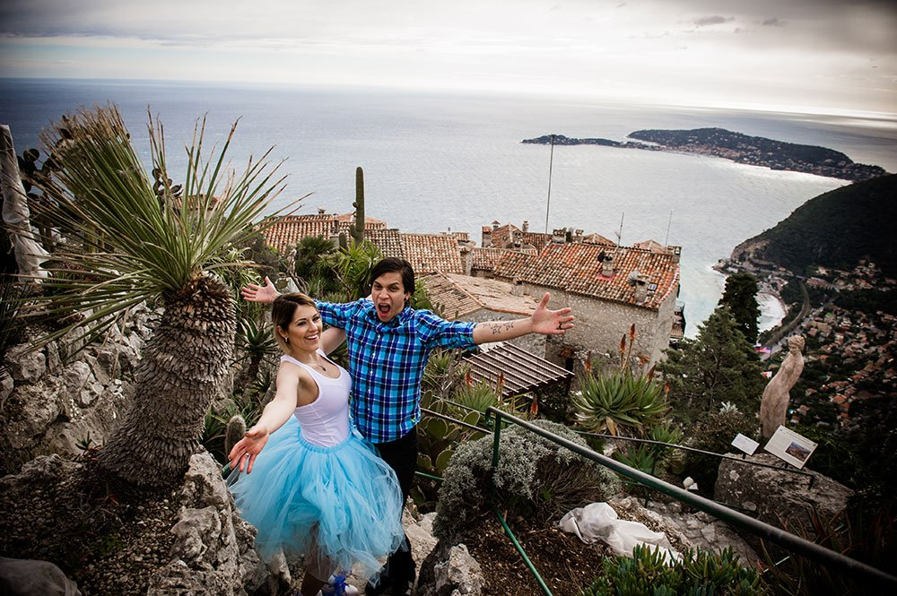Happy travel couple on vacation in South of France, photo by French Riviera photographer for TripShooter, Didier Ours