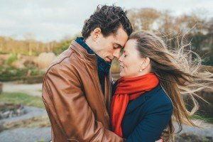 Photo of couple embracing on windy day, by TripShooter's photographer in Brussels, Dieter Decuypere