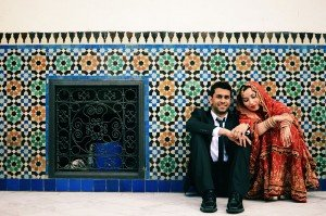 Travel couple against mosque tiles by TripShooter photographer in Paris Clara Abi Nadar