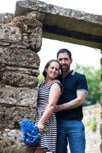 Loving couple photo shoot in Santiago de Compostela by TripShooter photographer Matteo Bertolino