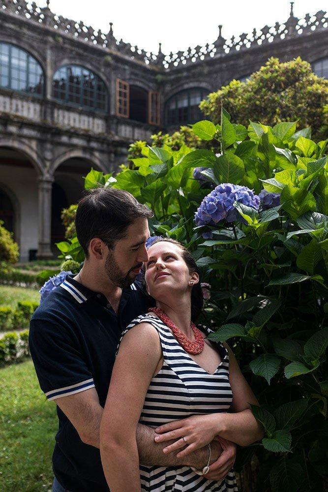 Romantic couple photo in Santiago de Compostela by TripShooter photographer Matteo Bertolino