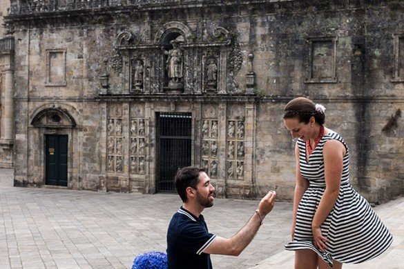 Marriage proposal photoshoot in Santiago de Compostela by TripShooter photographer Matteo Bertolino