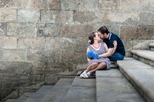 Couple kiss on vacation photoshoot in Santiago de Compostela by TripShooter photographer Matteo Bertolino