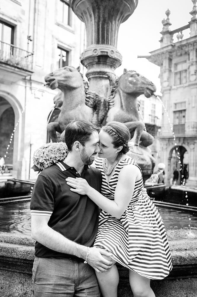 Couple kiss by water fountain in Santiago de Compostela by TripShooter photographer Matteo Bertolino