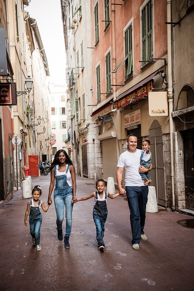 Fun family photos in Nice by French photographer for TripShooter, Didier Ours