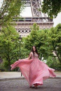 Beautiful quinceanera photo of girl in flowing pink dress with Eiffel Tower, by TripShooter's Paris photographer Jade Riviere