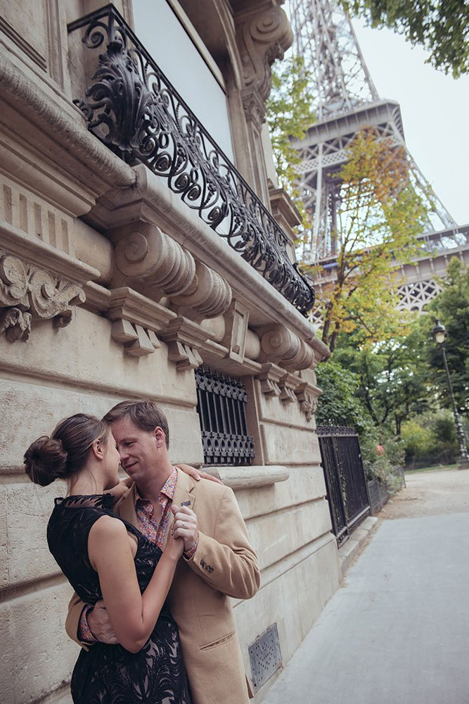 Romantic photos on hponeymoon at the Eiffel Tower with Paris photographer Jade Riviere