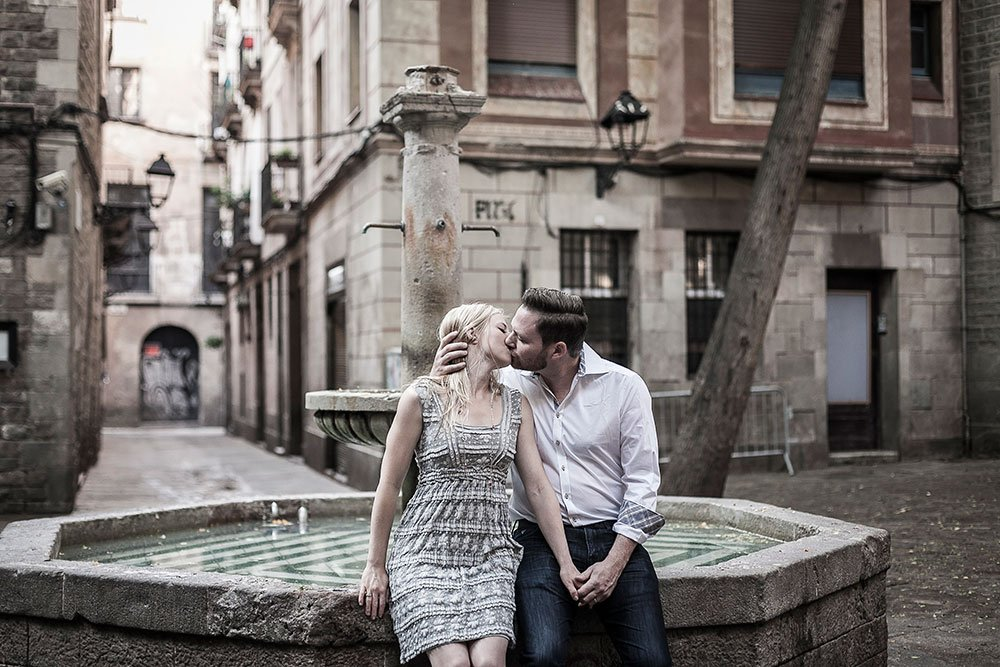 Classic love in Barcelona, captured by Barcelona photographer Ramon Fornell for TripShooter