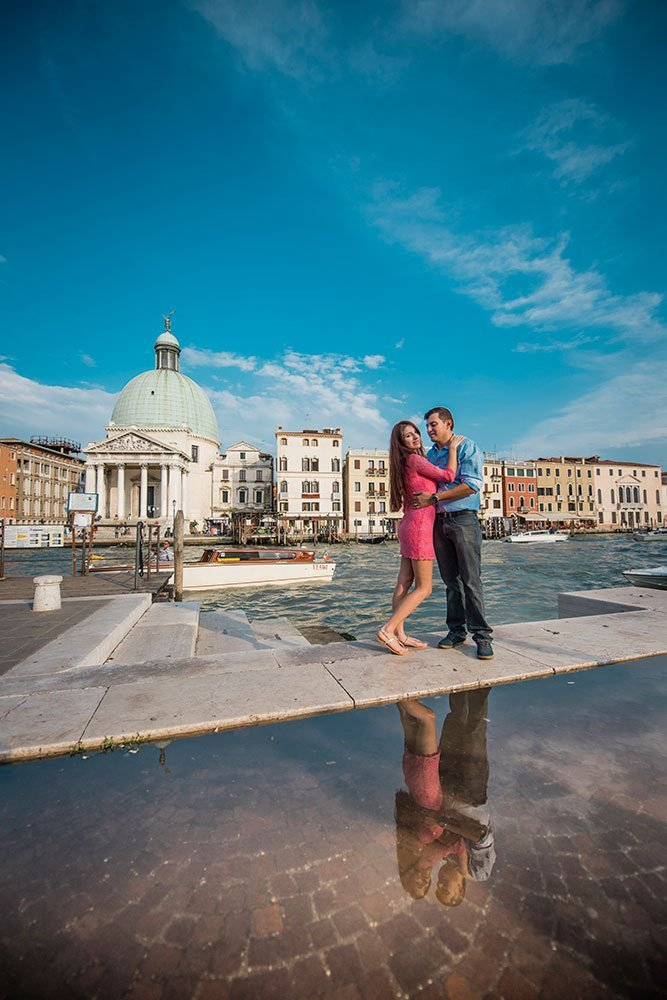 Destination photo of couple in Italy by TripShooter's Venice photographer Jody Riva