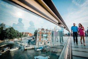 Romantic travel couple in Venice photoshoot, by TripShooter's Venice photographer Jody Riva
