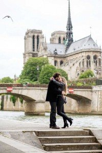 Couple kiss at Paris Notre Dame, photo by TripShooter's photographer in Paris, Christian Perona