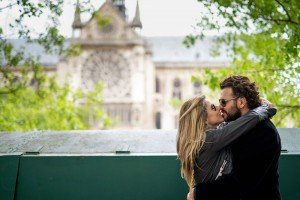 Vacation couple photos by the Notre Dame, photo by TripShooter's photographer in Paris, Christian Perona