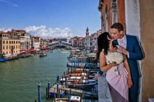 Romantic couple photos in Venice with canals, by TripShooter's photographer in Venice Matteo Michelino