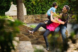 Funny falling family portrait photoshoot by TripShooter's Barcelona photographer Pablo Romero