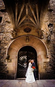 Couple kiss on destination wedding in Spain, by TripShooter's Barcelona photographer Pablo Romero