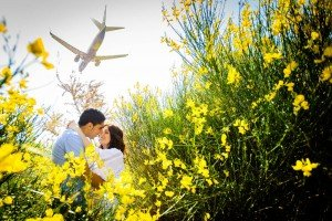 Unique couple portrait kissing in field with plane, by TripShooter's Barcelona photographer Pablo Romero