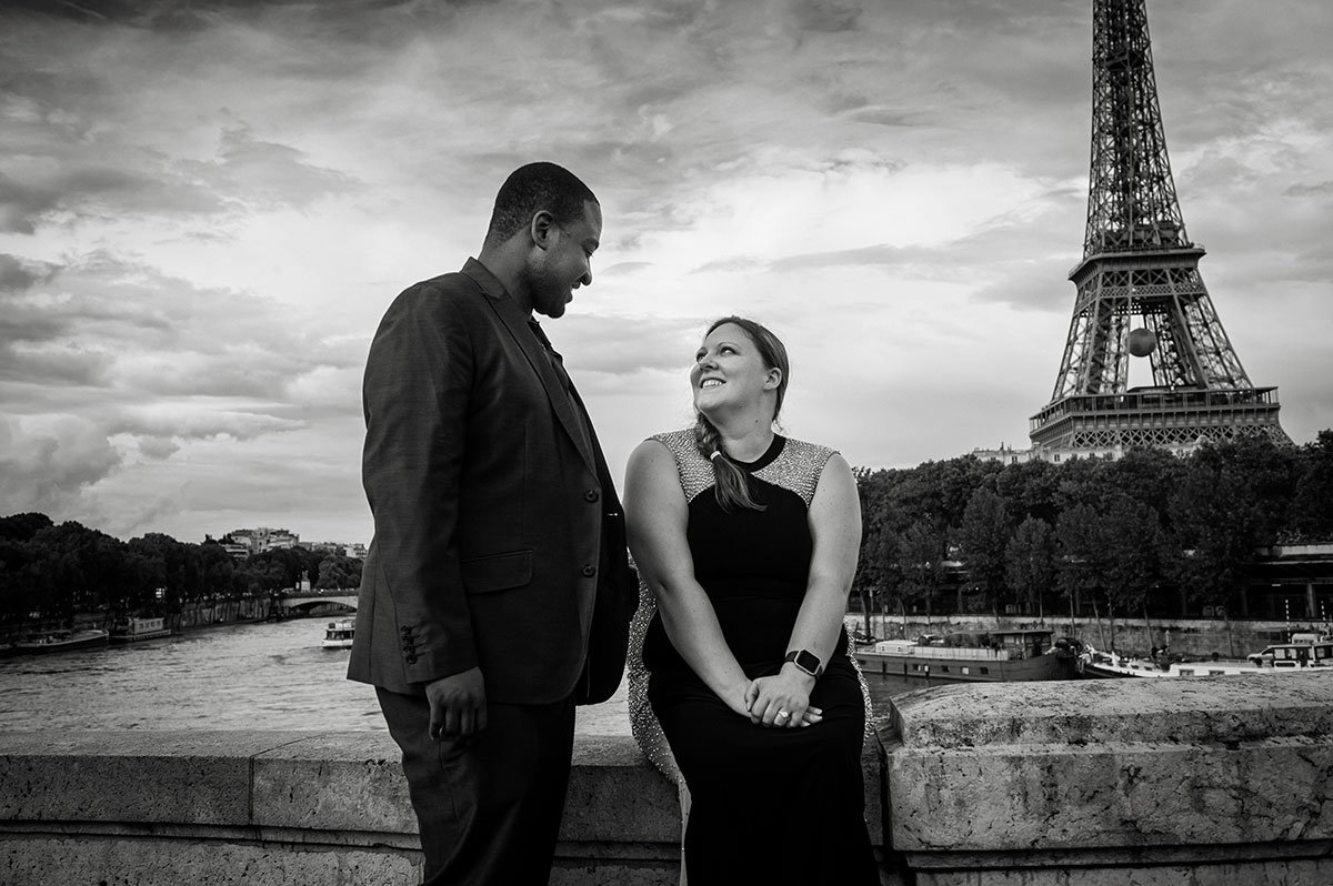 Joyful couple photo shoot in front of the Eiffel Tower by Tripshooter's photographer in Paris Pierre Turyan