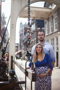 Couple photos in Amsterdam by Amsterdam photographer Elise Gherlan