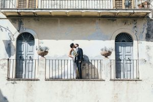 Romantic portrait on balcony by Rome photographer Valeria d'Ovidio